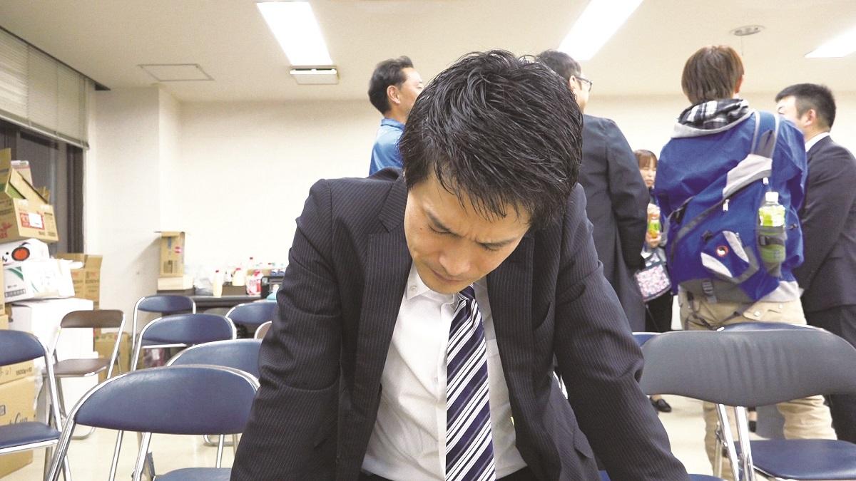 写真・図版 : 選挙結果にうなだれる小川
