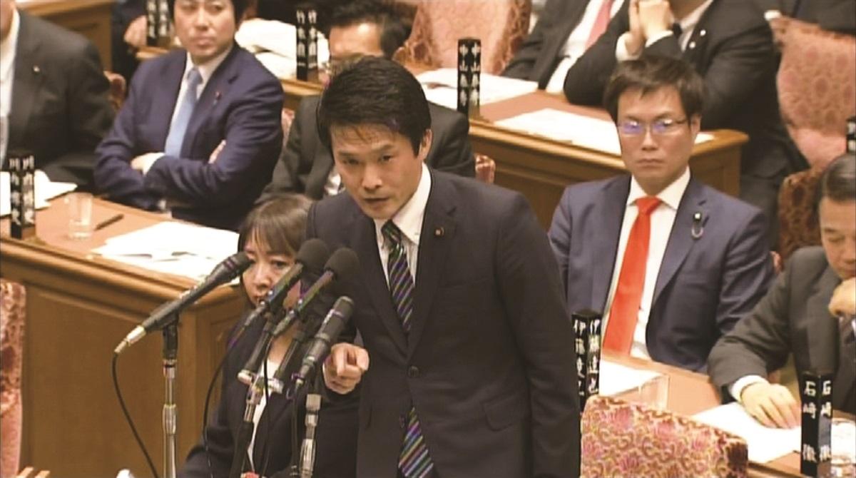 写真・図版 : 2019年 国会質疑で統計不正を追及する小川