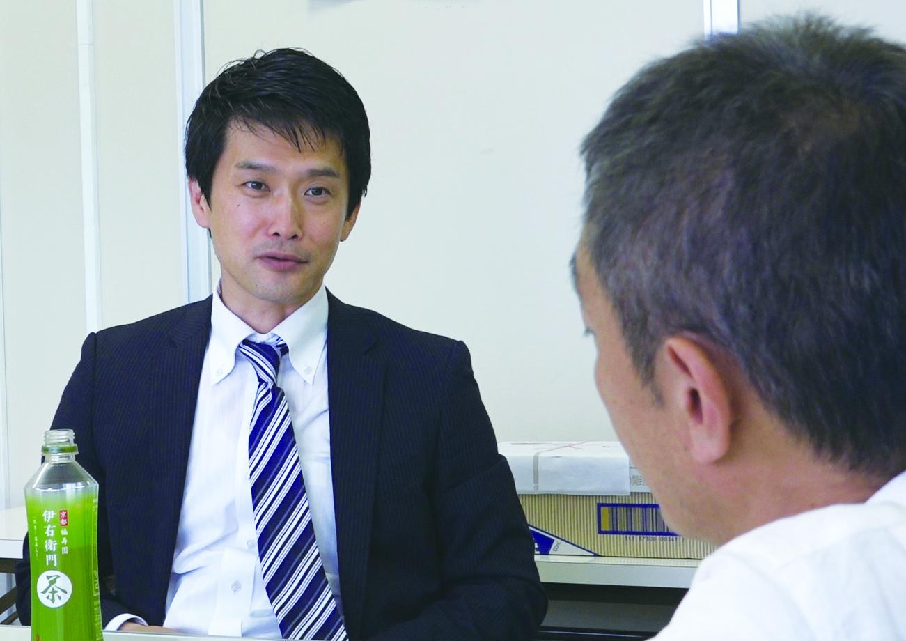 写真・図版 : 2017年、高松で小川淳也氏にインタビューする大島新監督(手前)