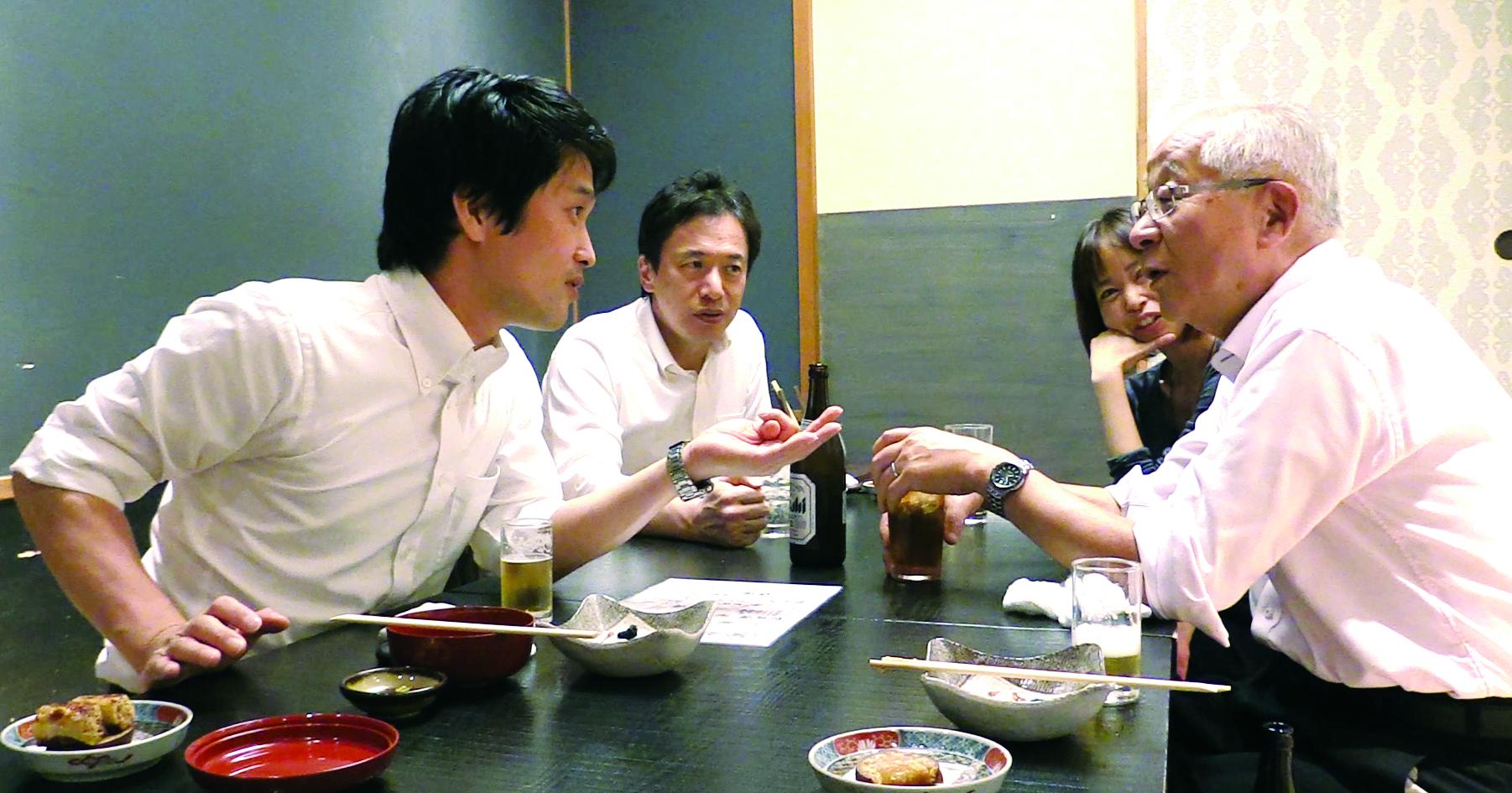 写真・図版 : 政治ジャーナリストの田﨑史郎(右)との食事会