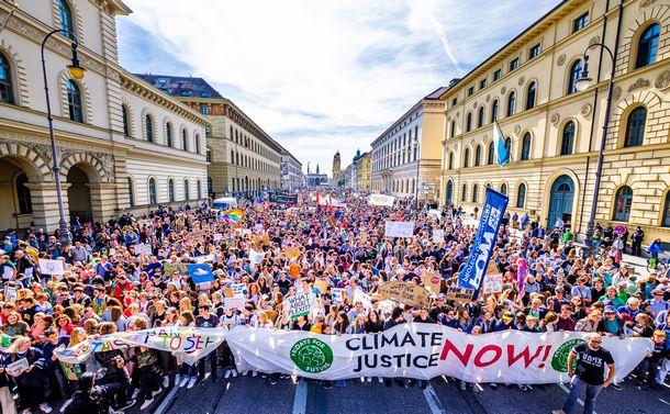 政治を変える「グレタの法則」、無名の市民が瞬時に世界を動かす