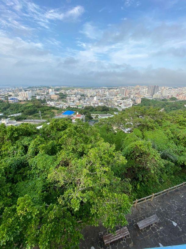 写真・図版 : 嘉数高台公園の展望台からの眺め