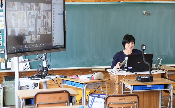 写真・図版 : オンライン授業を実施している熊本市の小学校=2020年4月24日