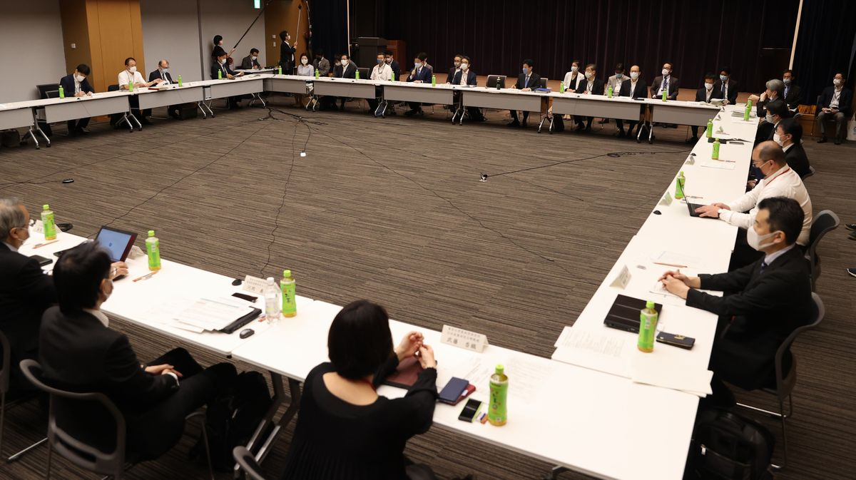 写真・図版 : 新型コロナウイルス感染症対策専門家会議に集まった有識者ら=2020年5月14日午前8時32分、東京都千代田区