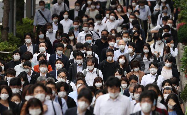 写真・図版 : マスク姿で通勤する人たち=2020年6月1日、東京都中央区、西畑志朗撮影
