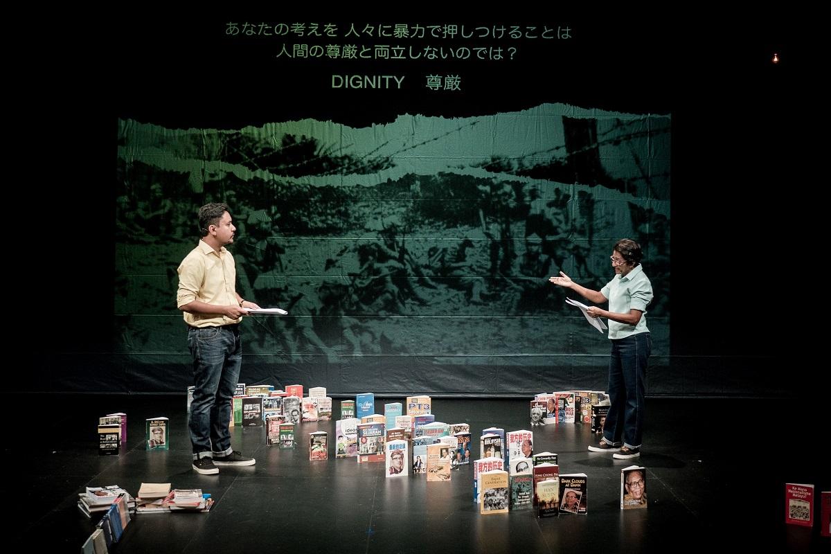 写真・図版 : マレーシアのマーク・テが演出した『Baling(バリン)』。60年前と現代を往還しながら自国の現実を舞台化した=2016年、井上嘉和撮影