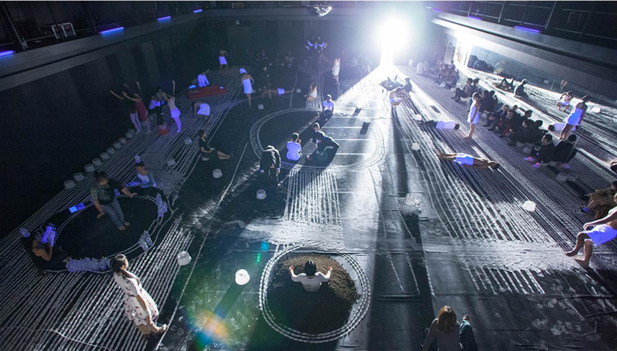 写真・図版 : アルゼンチンを拠点にする振付家ルイス・ガレーが京都で制作した『Elugar imposible(不可能な場所)』。観客は数十人のダンサーの間を動きながら鑑賞した=2016年、松見拓也撮影