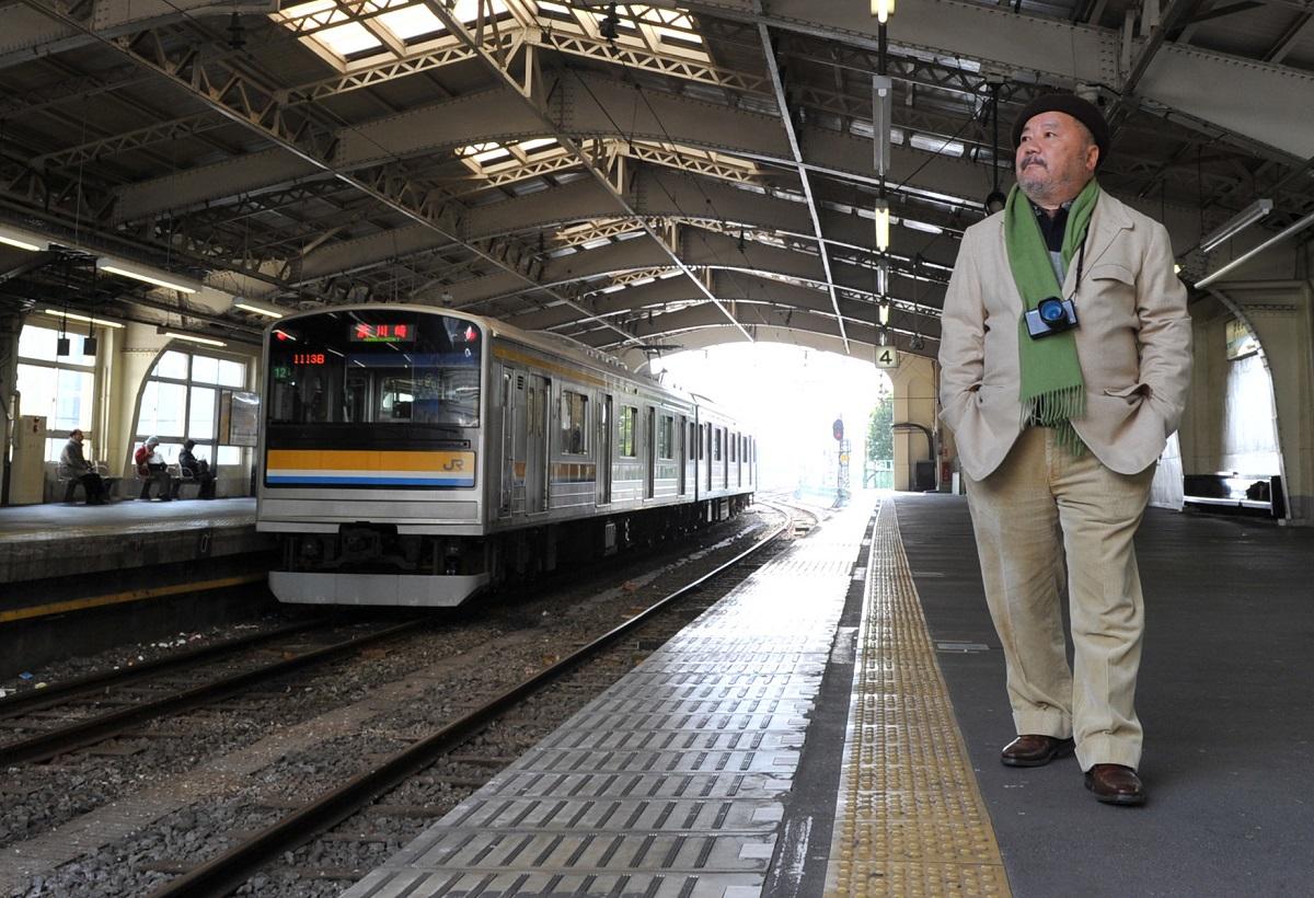 写真・図版 : 横浜・鶴見からは多くの人が北朝鮮に渡った。JR鶴見駅のホームに立つ松山猛さん=2009年12月10日