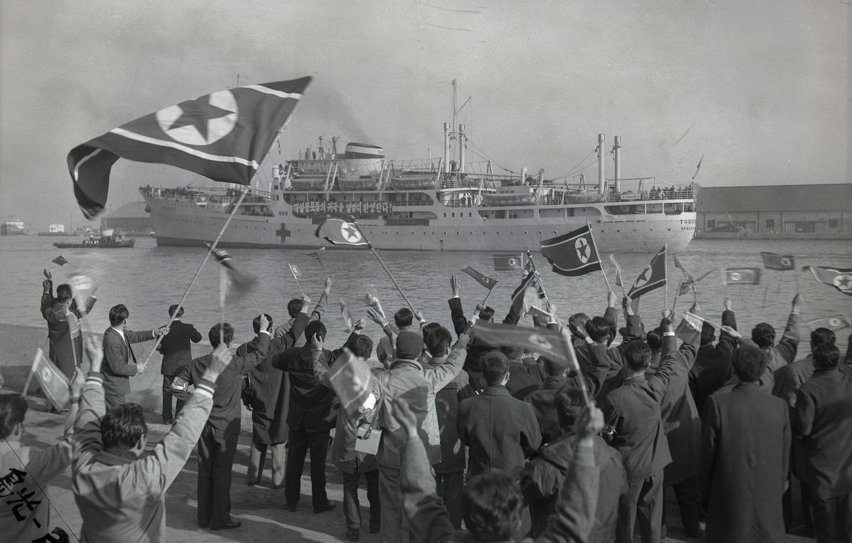 写真・図版 : 新潟港を出港する第1次帰還船=1959年12月14日