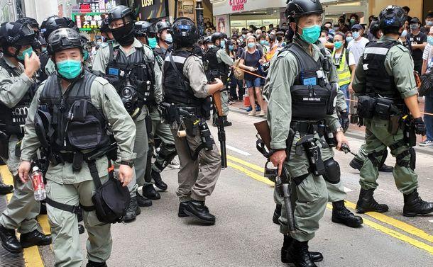 写真・図版 : 国家安全法制への抗議デモの現場で警備にあたる警察の機動隊=2020年5月24日、香港、朱延雄撮影
