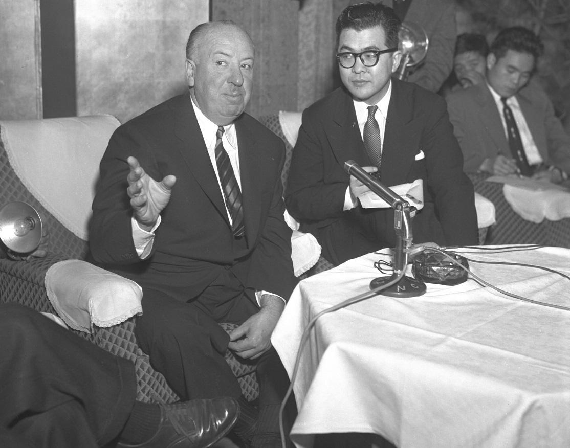 来日したアルフレッド・ヒッチコック監督(左)=1955年12月、東京の帝国ホテルで