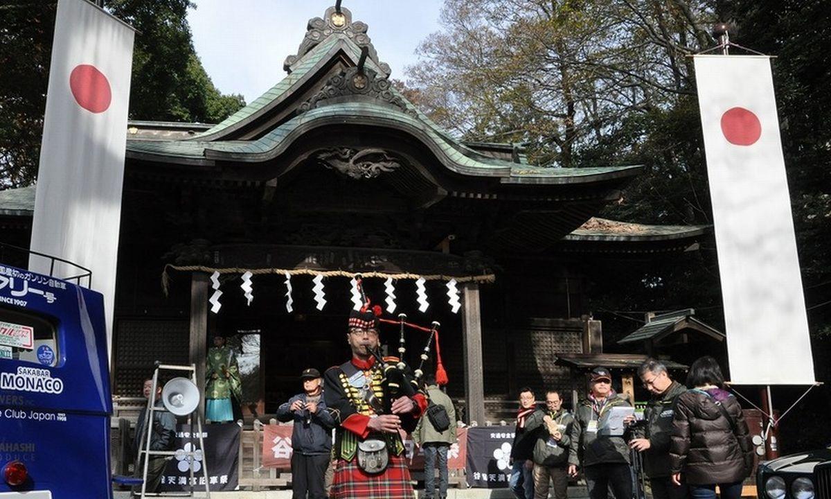 写真・図版 : 谷保天満宮(東京都国立市)で毎年12月に開催されるクラシックカーの祭典「旧車祭」の開会式での演奏も恒例になった