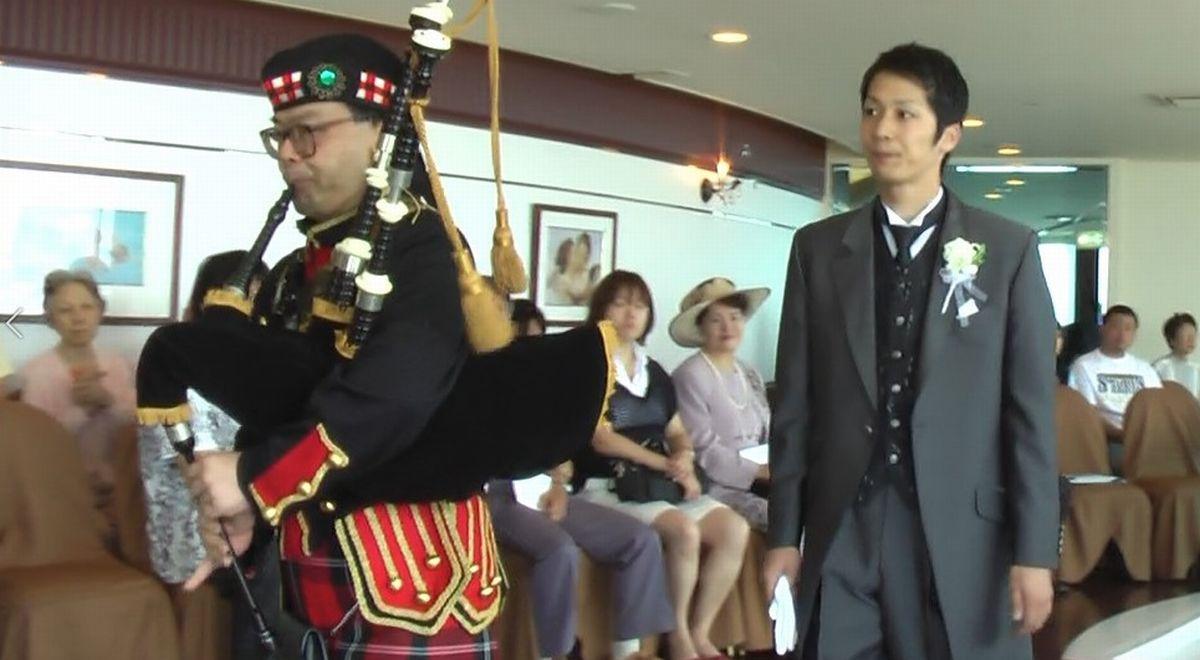 写真・図版 : 新横浜プリンスホテルのウェディングフェスタでバグパイプを披露する筆者