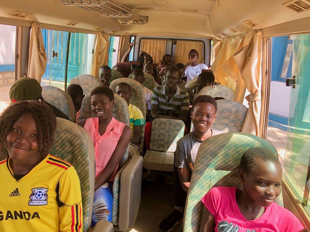 写真・図版 : ジュバ大学正門前から移動する選手たち。30人近くの参加のうち10人近くが女子だった。