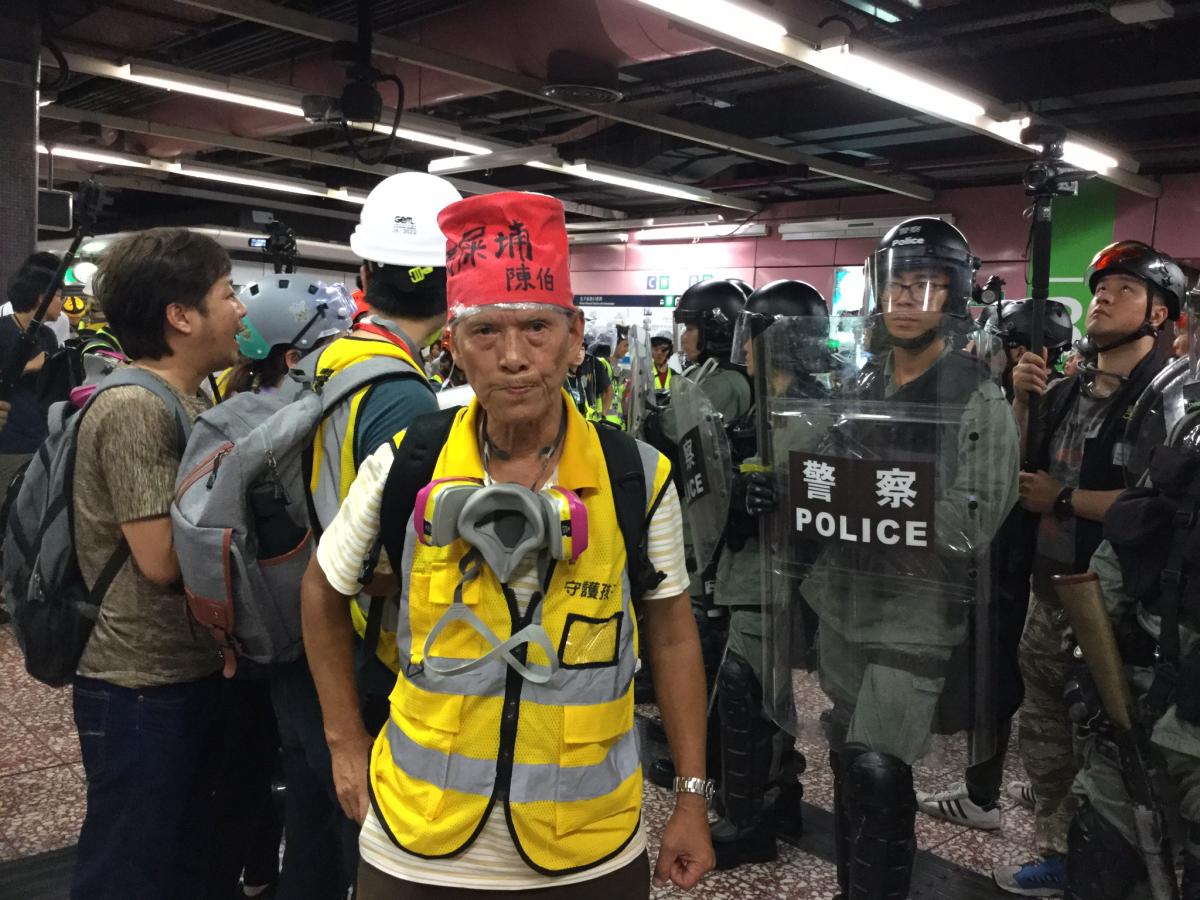 写真・図版 : 自らの名前や住所までかかげて抗議に参加した陳老人=2019年8月31日、筆者提供