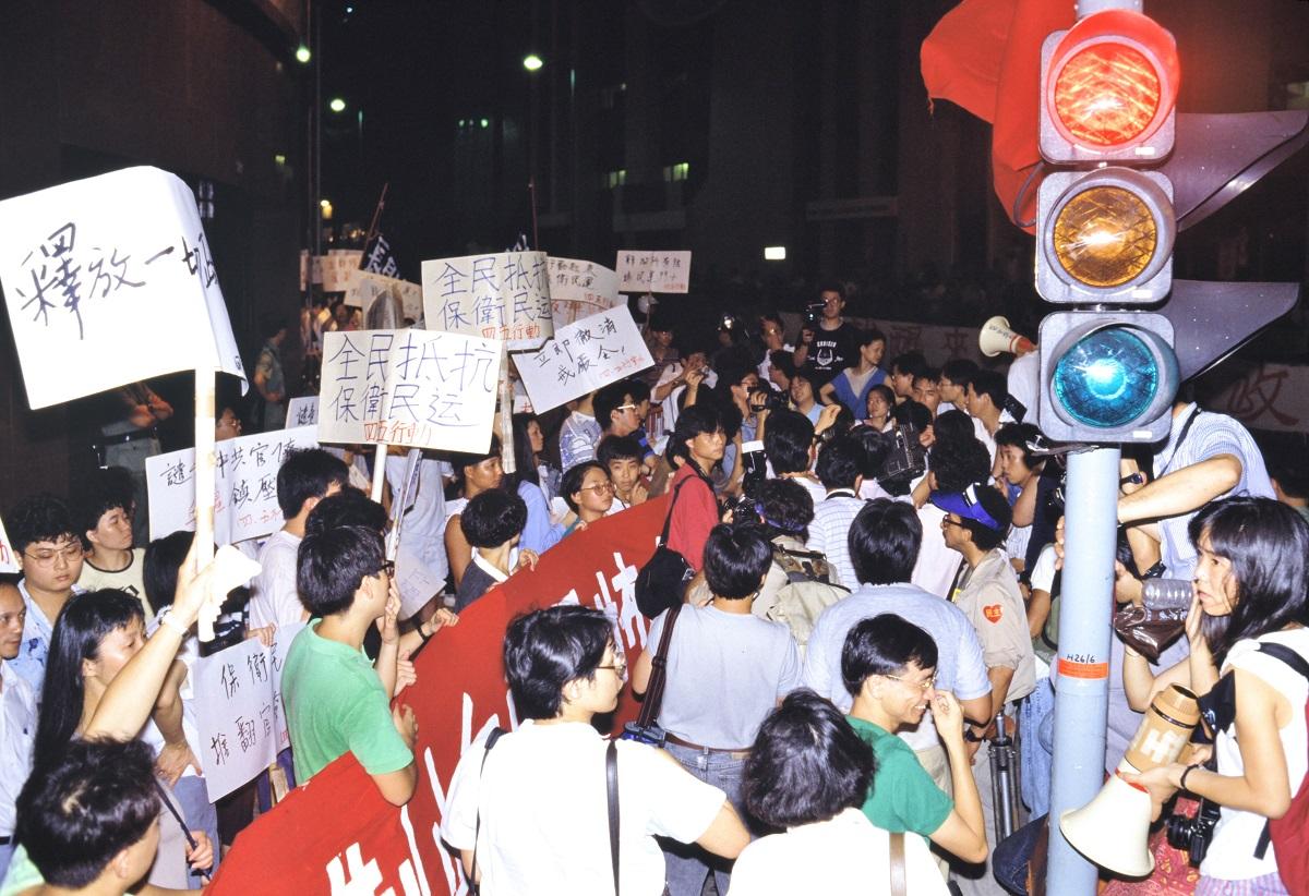 写真・図版 : 天安門事件に抗議するデモ=1989年6月19日、香港
