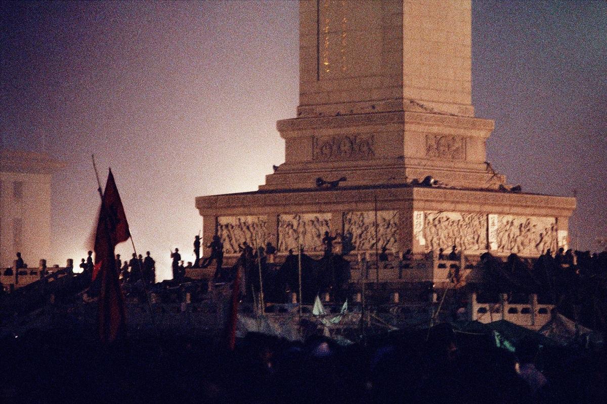 写真・図版 : 天安門広場の人民英雄記念碑から学生を排除した戒厳軍の兵士たち=1989年6月4日、北京