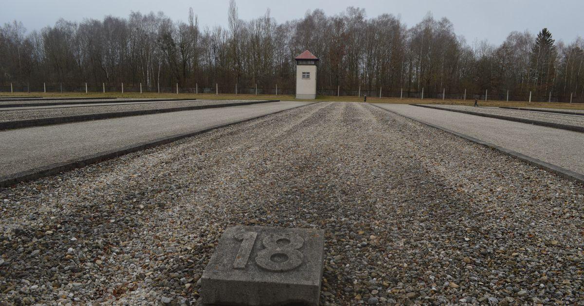 写真・図版 : ドイツ・ダッハウの強制収容所跡。収容者たちが詰め込まれたバラックの跡地に、番号を記した石だけが残る=2月。藤田撮影