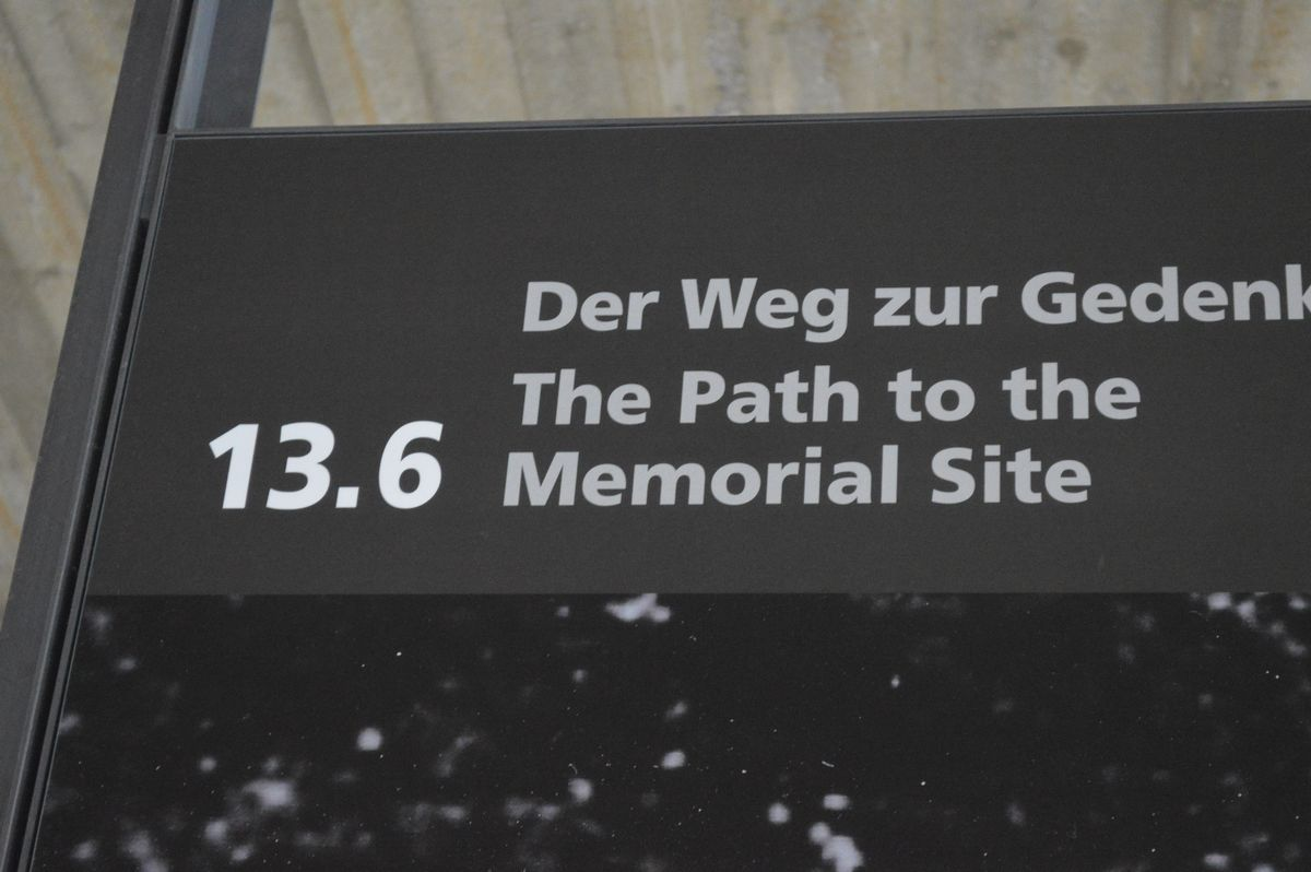 写真・図版 : ドイツ・ダッハウにあった強制収容所の遺構にある史料館。「記念サイトへの道」の展示