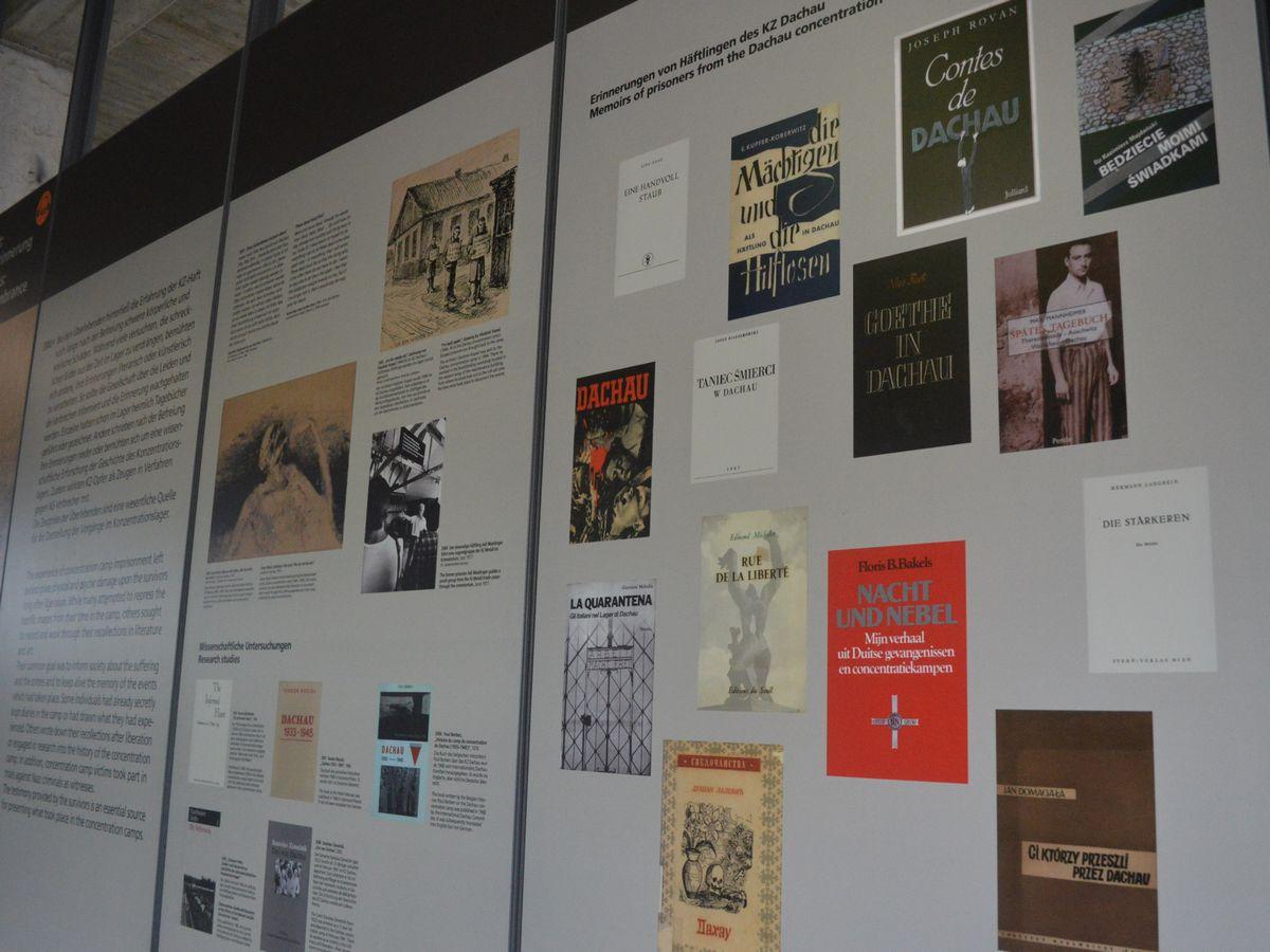 写真・図版 : ドイツ・ダッハウにあった強制収容所の遺構にある史料館。生存者たちの回顧録を紹介する展示