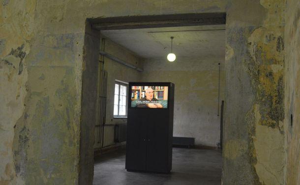 写真・図版 : ドイツ・ダッハウにあった強制収容所の遺構にある史料館。生存者の証言映像が流れる=2月。藤田撮影(以下同じ)