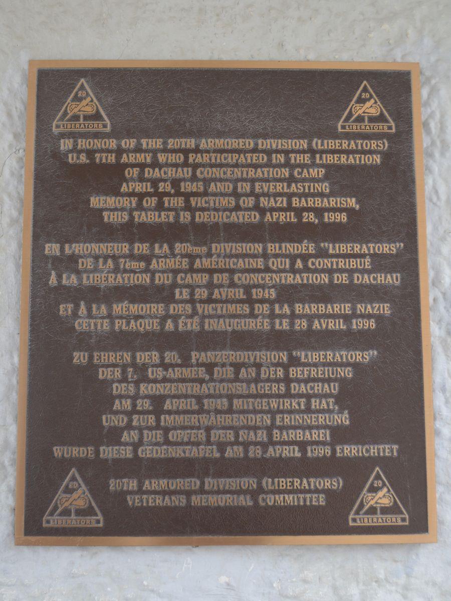 写真・図版 : ドイツ・ダッハウの強制収容所を米軍が1945年4月末に解放したことを記念して退役米軍人団体が門に掲げたプレート