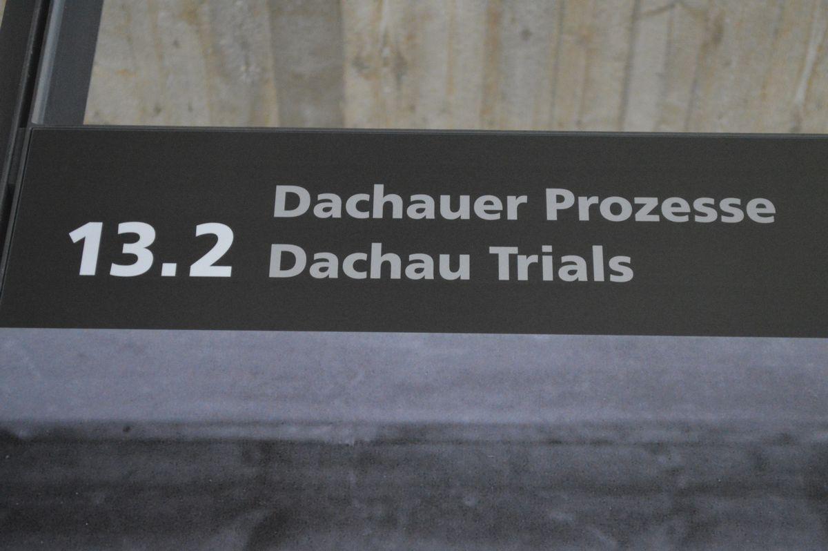 写真・図版 : ドイツ・ダッハウにあった強制収容所の遺構にある史料館。「ダッハウ法廷」の展示