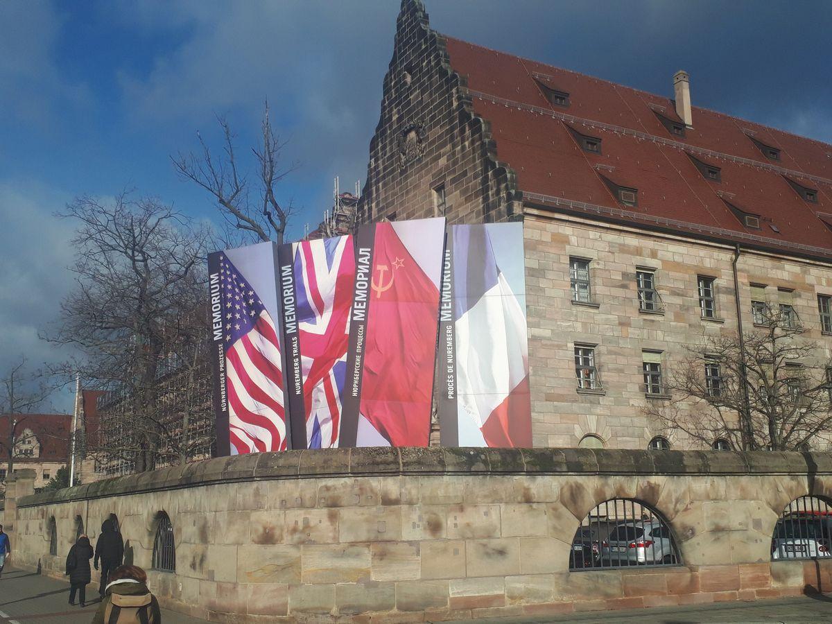 写真・図版 : ドイツ・ニュルンベルクでナチスが裁かれた国際軍事法廷の記念館