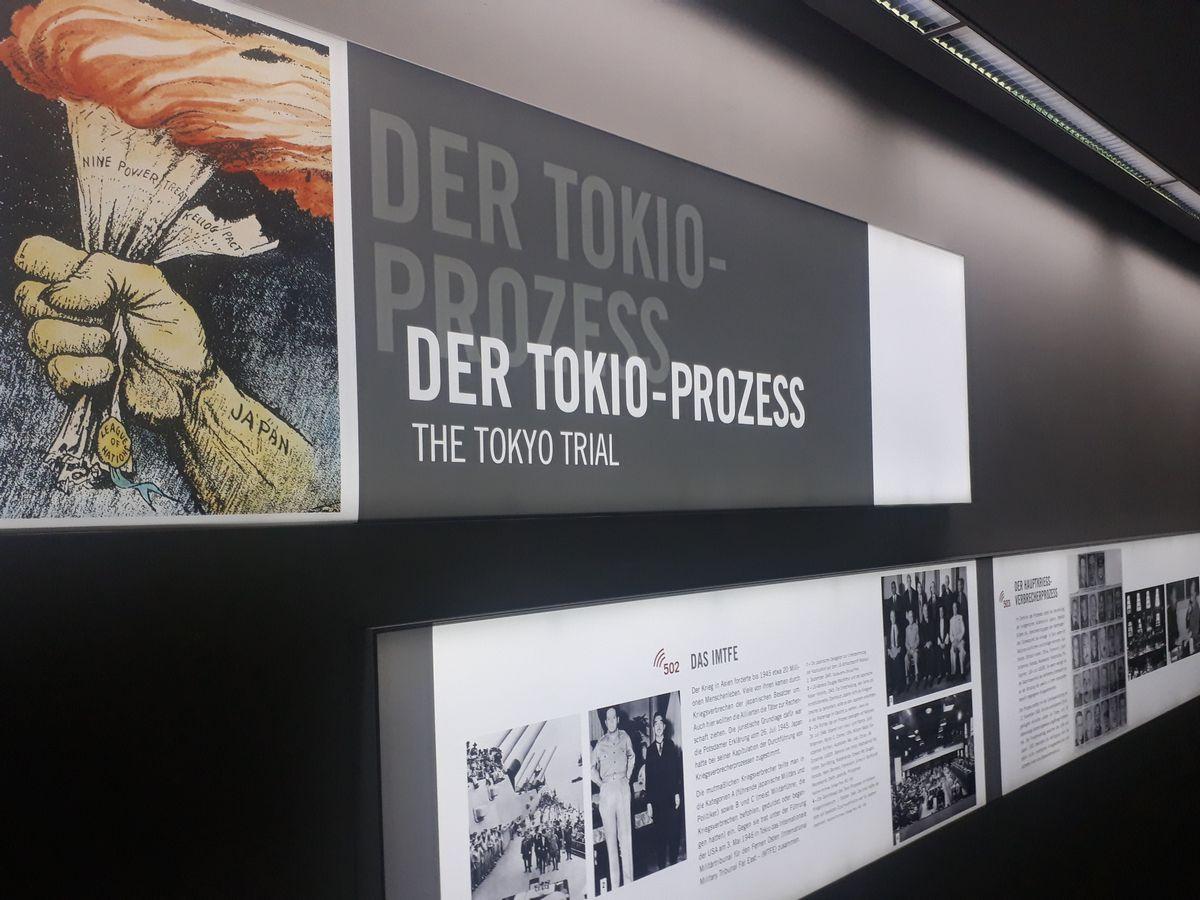 写真・図版 : ドイツのニュルンベルク国際軍事法廷記念館で、東京裁判について紹介する展示