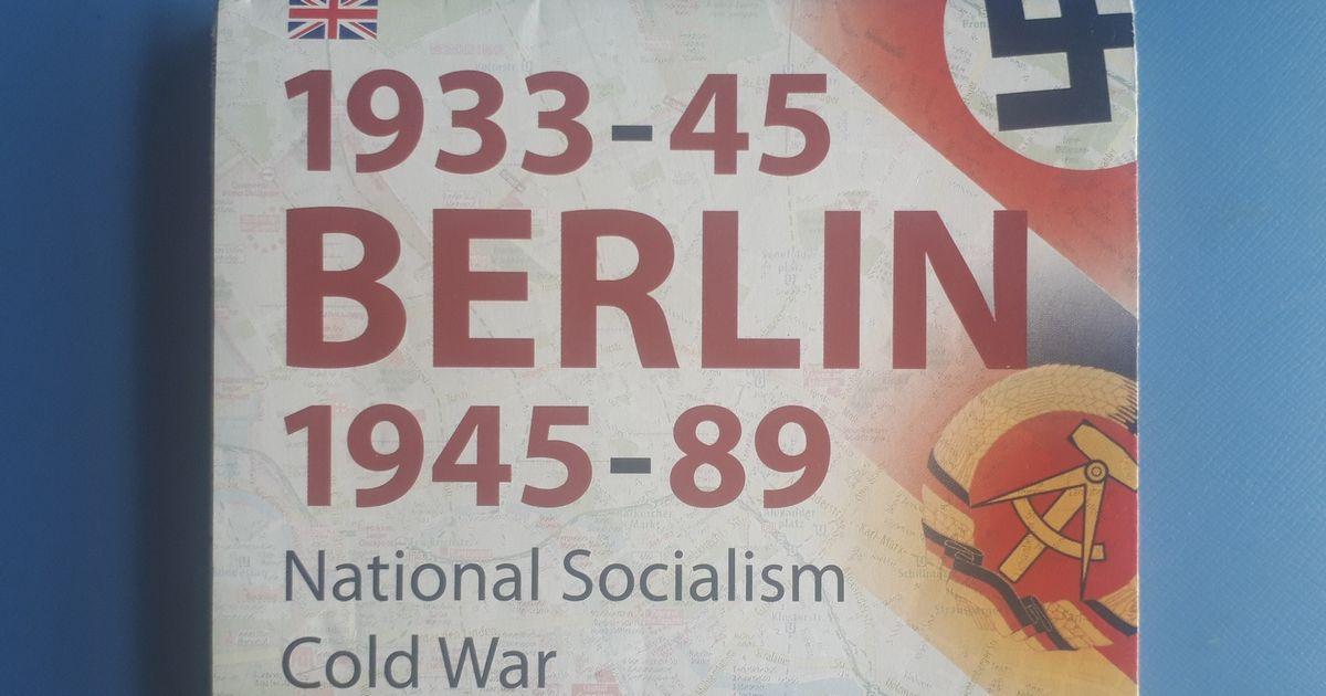 写真・図版 : ベルリンで筆者が買った歴史マップ。ナチス政権期(1933~45)と冷戦期(1945~89)の史跡の場所がわかる
