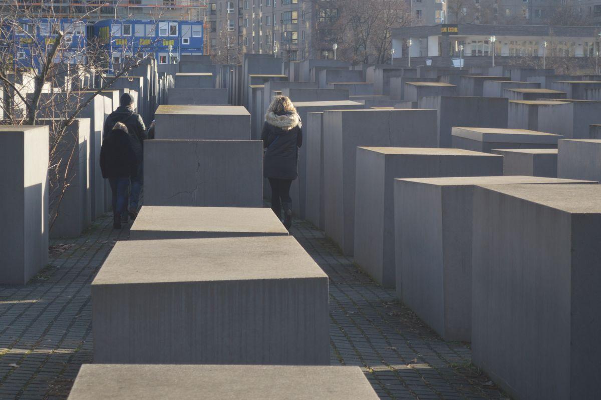 写真・図版 : ベルリンの一角に広がる「虐殺された欧州のユダヤ人のための記念碑」