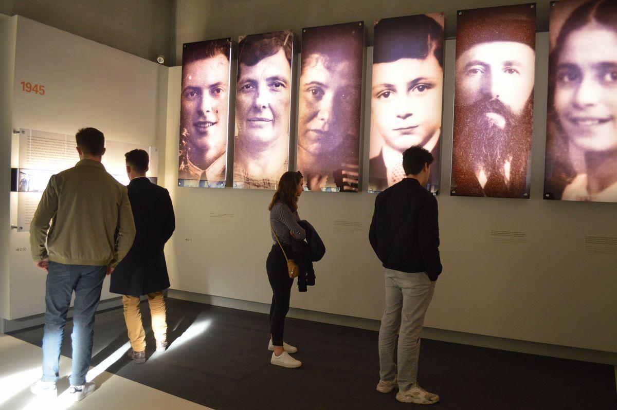 写真・図版 : ベルリンの「虐殺された欧州のユダヤ人のための記念碑」の地下にある情報センター。犠牲者の写真が展示されている