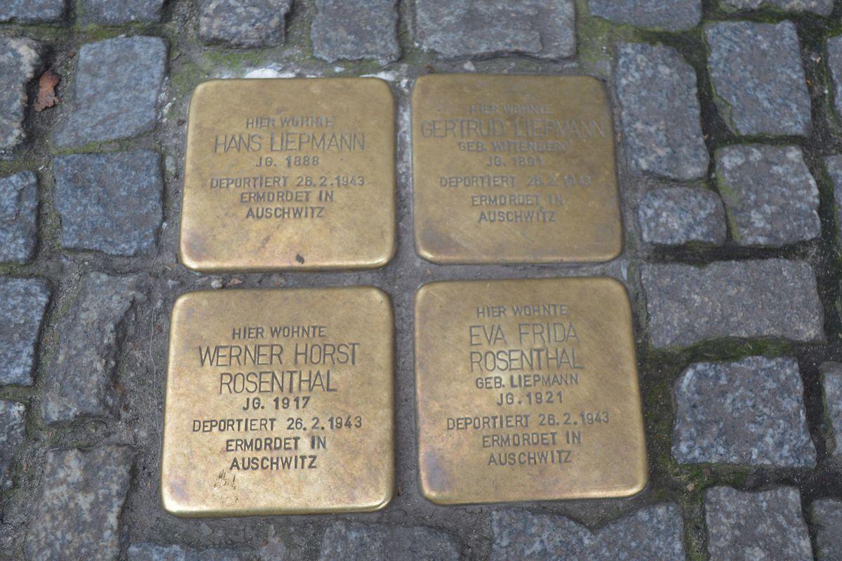 写真・図版 : ベルリンのコトブッサー通りの歩道に埋め込まれていた四個の「躓きの石」