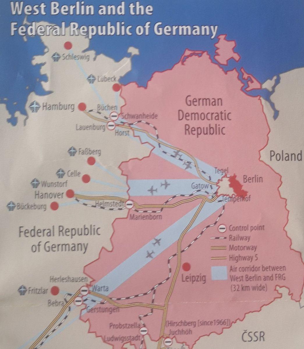 写真・図版 : 薄赤の部分が冷戦期の東ドイツ。真ん中にベルリンがあり、白い部分が西ドイツの飛び地となった西ベルリン=© 2013 by Berlin Story Verlag