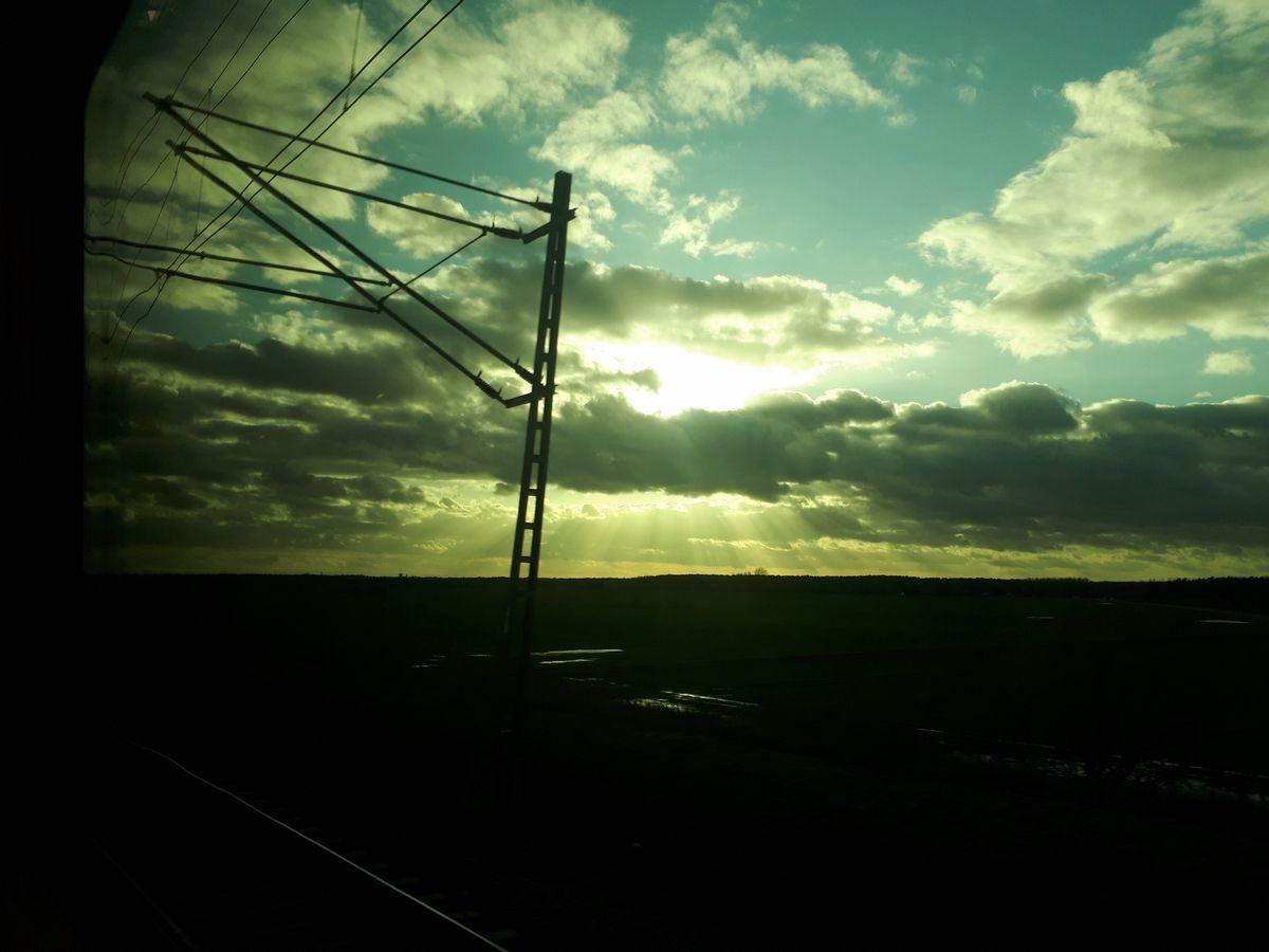 写真・図版 : ニュルンベルクからベルリンへ向かうドイツ鉄道特急から見た夕日=2月。藤田撮影