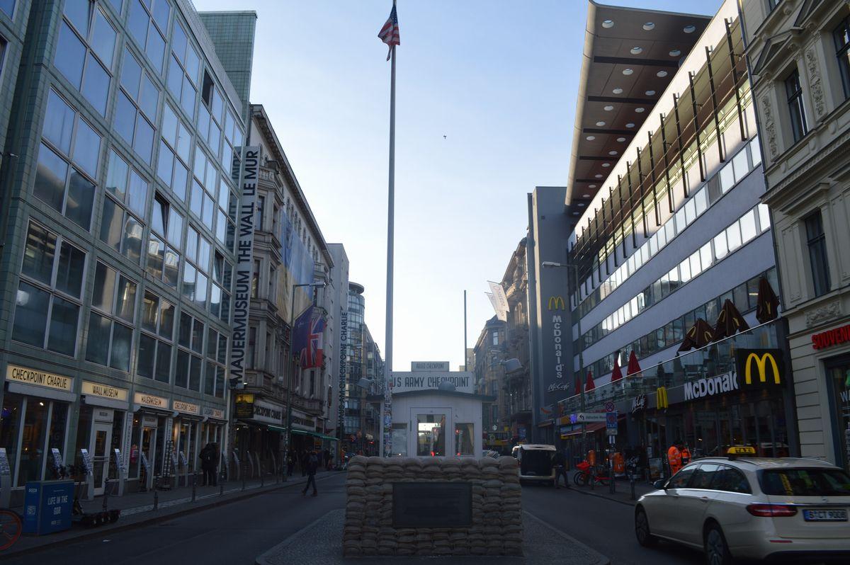 写真・図版 : かつて東西に分断されていたベルリンの境界にあった米軍の検問所の復元=2月。藤田撮影(以下同じ)