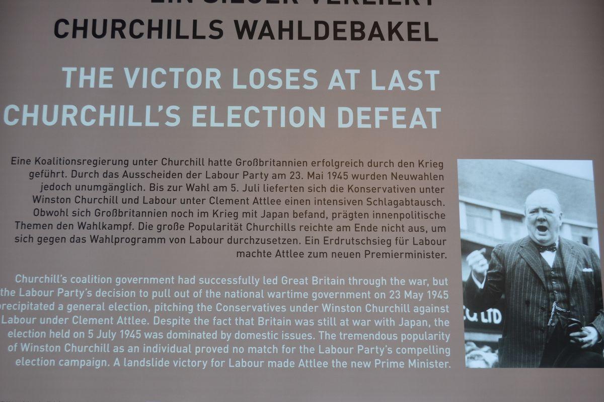 写真・図版 : ポツダム会談の期間中に英国の総選挙で敗れたチャーチル首相について説明する展示=ドイツ・ポツダム会談史料館