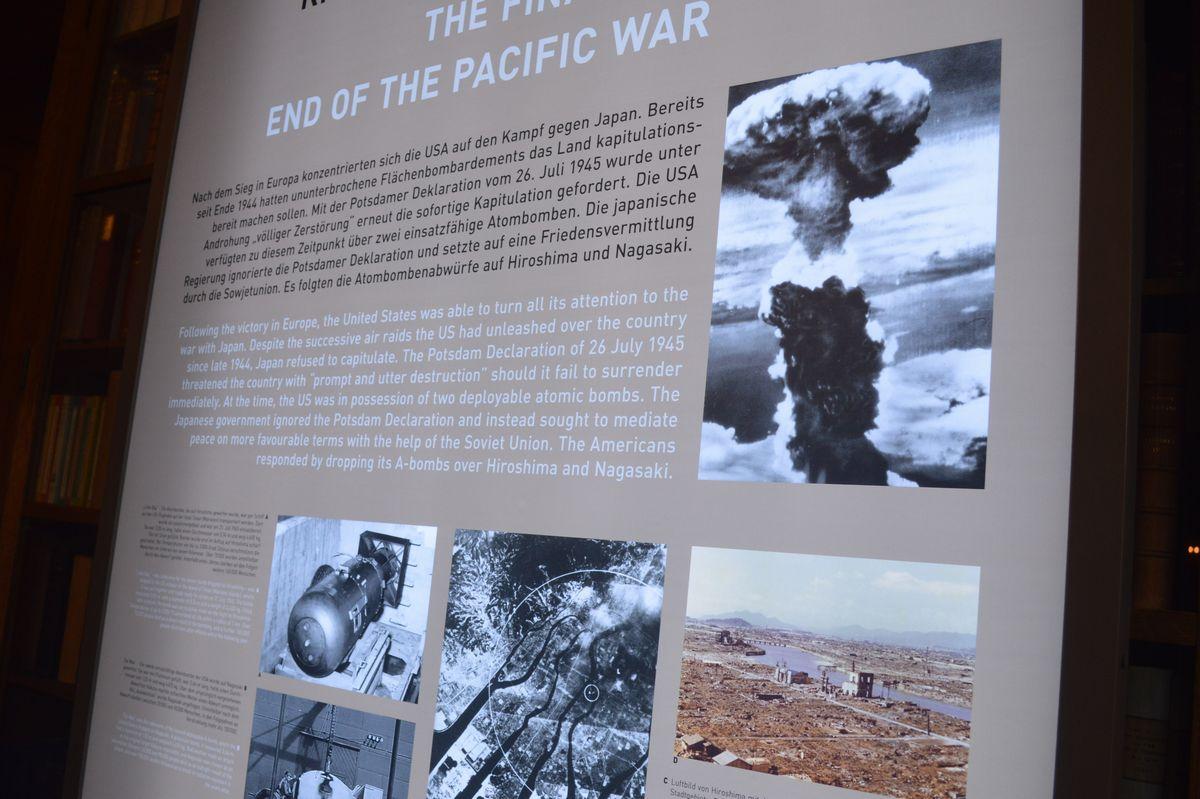 写真・図版 : ポツダム会談と日本への原爆投下の関係を説明する展示=ドイツ・ポツダム会談史料館