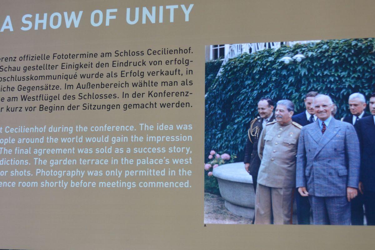 写真・図版 : ポツダム会談史料館の最後にある「団結のショー」の展示。右端の写真前列は右からトルーマンとスターリン
