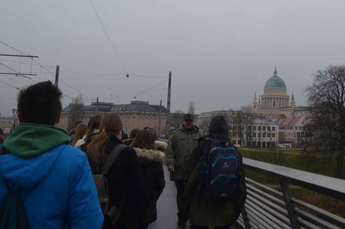 写真・図版 : ドイツ・ポツダム市街へ向かう見学の生徒たち=2月、藤田撮影