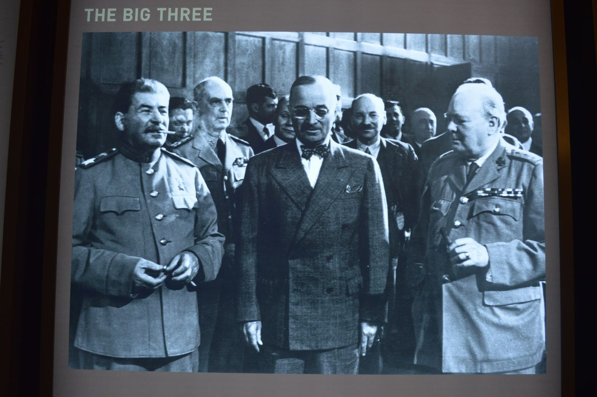 写真・図版 : ポツダム会談に参加した3首脳。左からソ連のスターリン書記長、米国のトルーマン大統領、英国のチャーチル首相=ドイツ・ポツダム会談史料館の展示より
