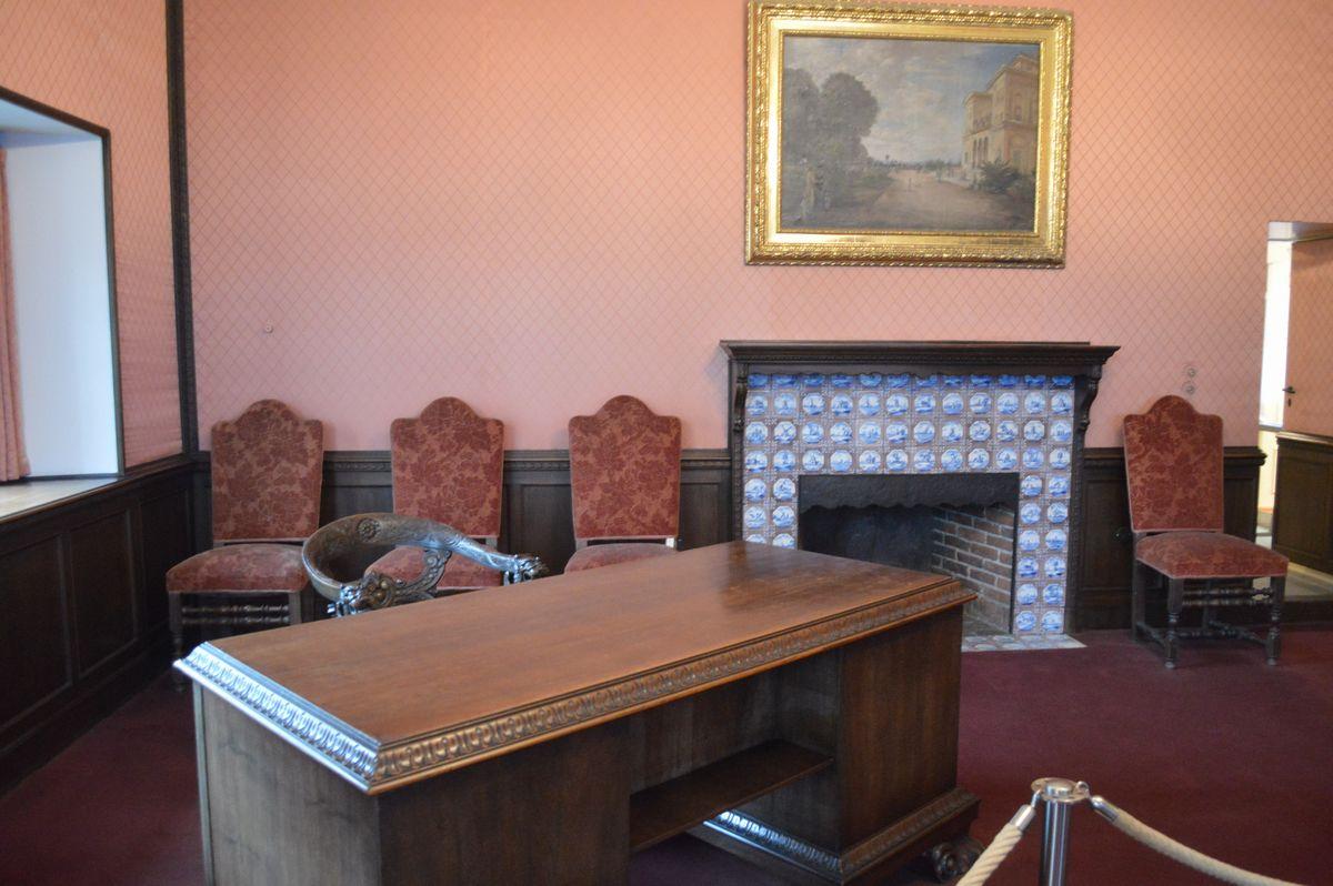 写真・図版 : ポツダム会談でスターリンの執務室となった「赤のサロン」=2月、ドイツ・ポツダム。藤田撮影