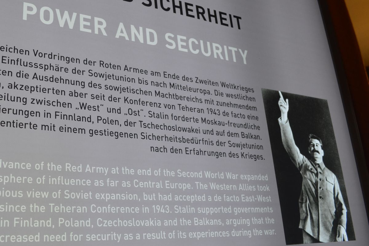 写真・図版 : ポツダム会談でのソ連のスターリン書記長の立場を説明する展示=ドイツ・ポツダム会談史料館