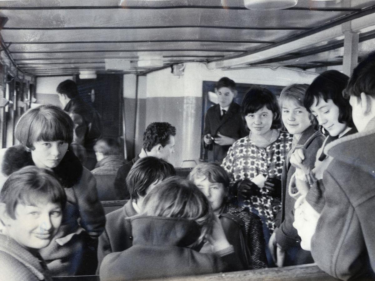 写真・図版 : 1967年春、東ドイツのロストクで港めぐりの観光船を楽しむ若者たち=朝日新聞社