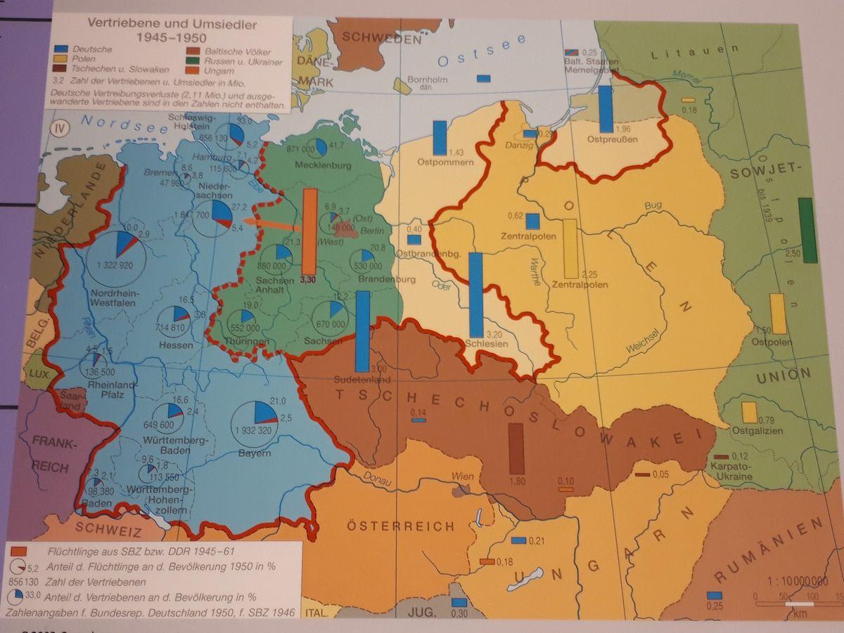 写真・図版 : 第二次大戦でドイツが敗れて東部の領土を失い、ポーランドとの国境が西へずれた(点線)ことを示す地図=ベルリンの国立ドイツ歴史博物館の展示より