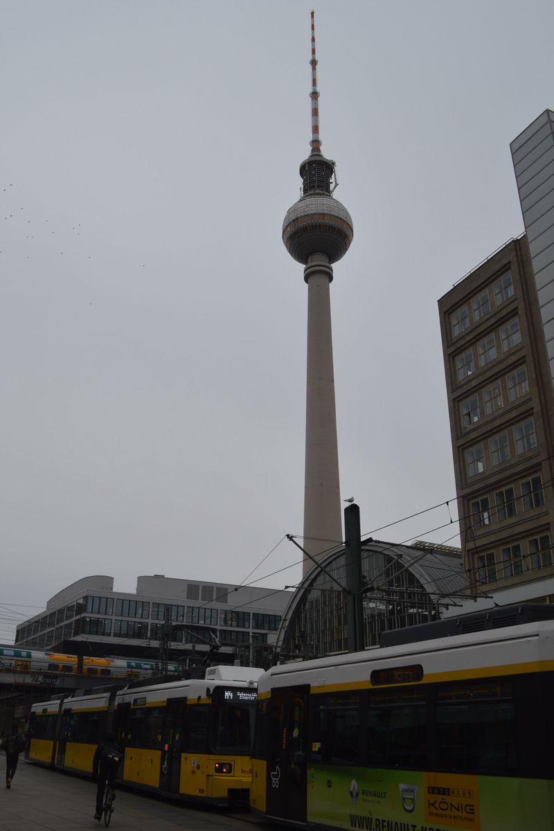 写真・図版 : 旧東ベルリンにあるテレビ塔。1969年に東ドイツ建国20周年を記念して完成した