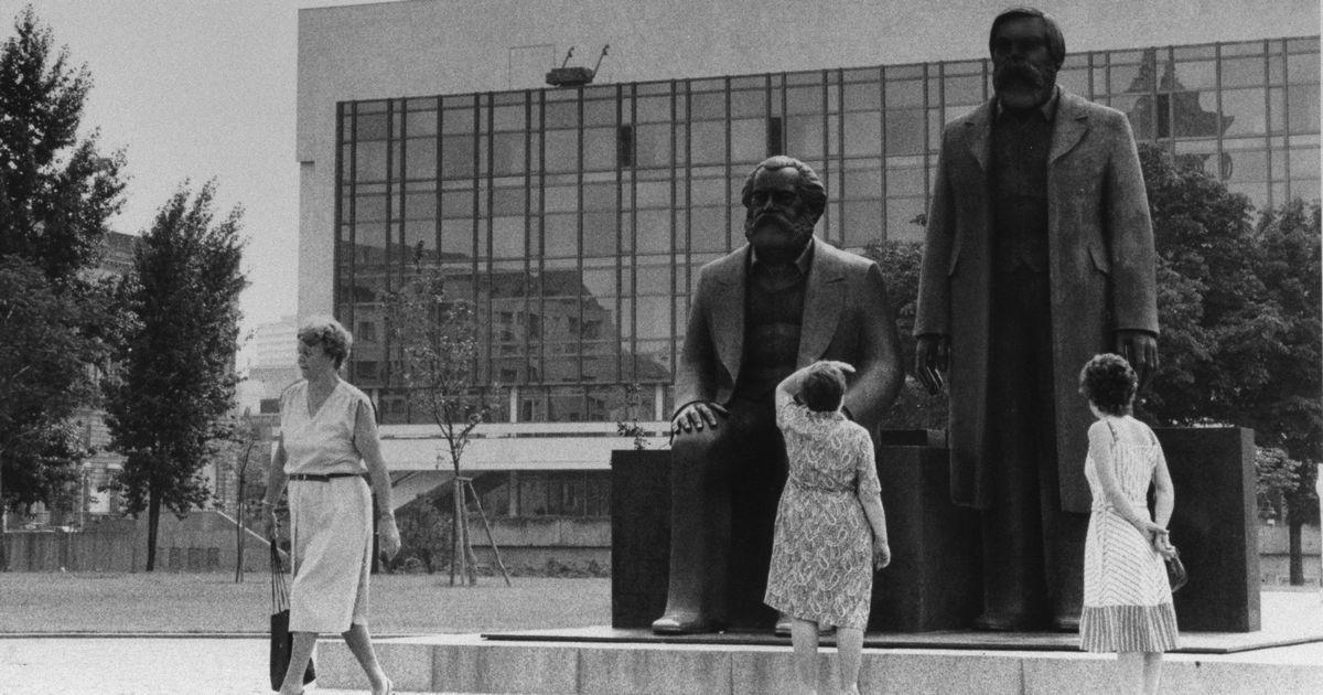 写真・図版 : 1986年夏、旧東ドイツの東ベルリンの様子。マルクス(左)とエンゲルスの像がある=1986年、朝日新聞社