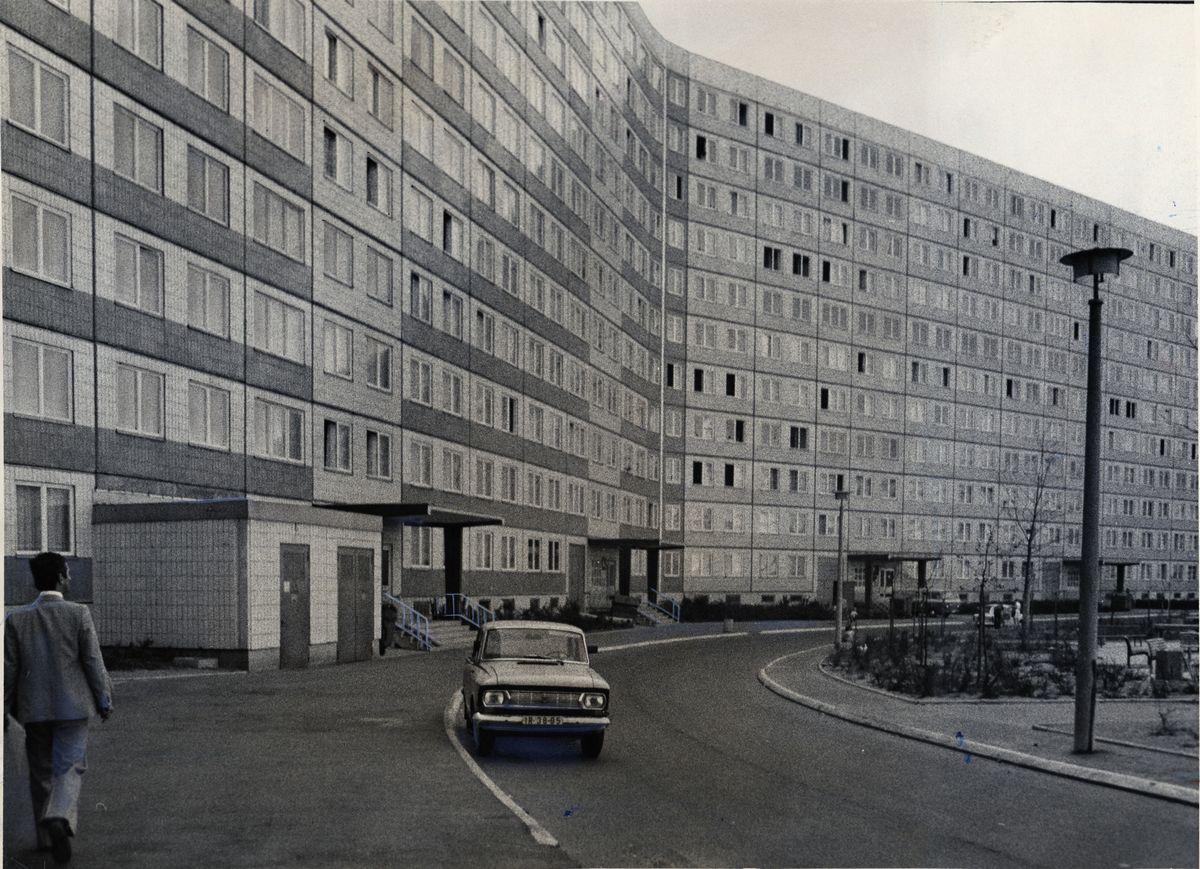 写真・図版 : 1976年頃、東ベルリンにあった東ドイツの労働者住宅=朝日新聞社