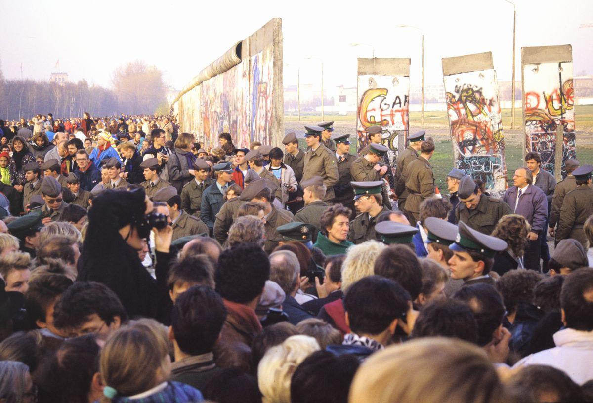 写真・図版 : 1989年10月頃、「壁」が壊されたベルリンのポツダム広場に多くの人たちが集まった=朝日新聞社