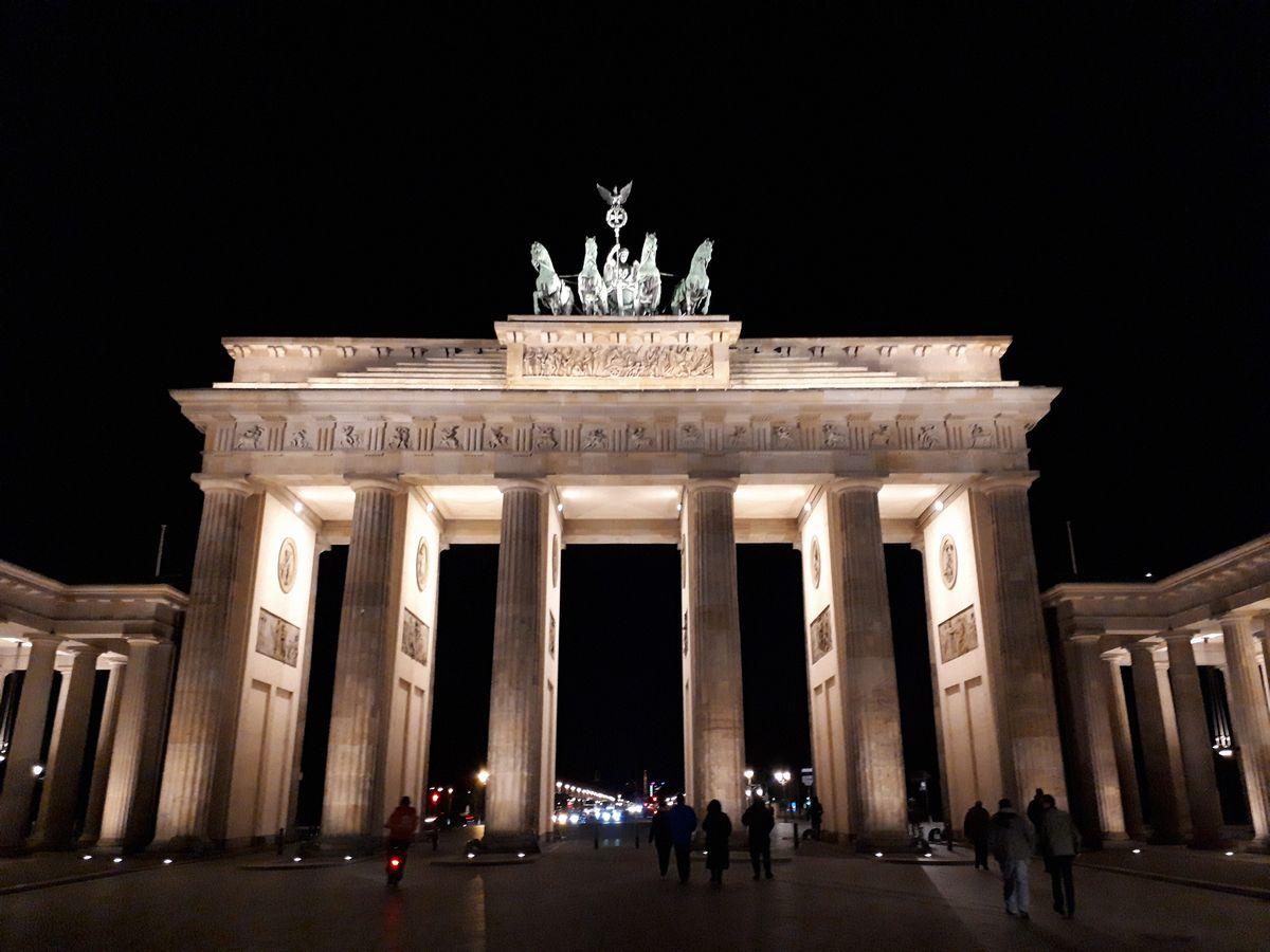 写真・図版 : ベルリンのブランデンブルク門=2月。藤田撮影